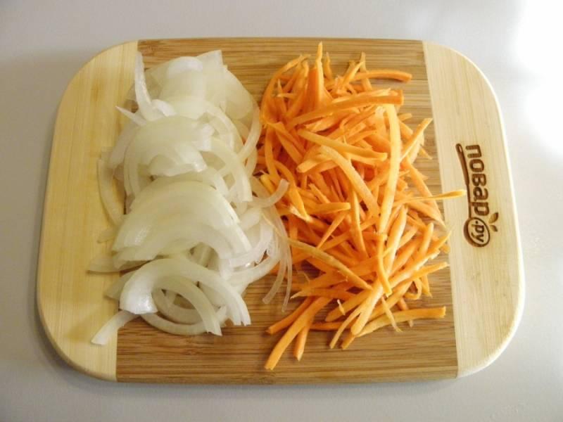 4. Лук  порежьте тонкими полукольцами, для нарезки моркови можно использовать терку для овощей по-корейски.