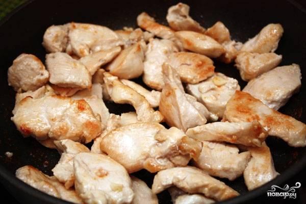 Куриные грудки посыпать травами и специями, дать еще чуть-чуть обжариться. Снять с огня, нарезать брусочками.