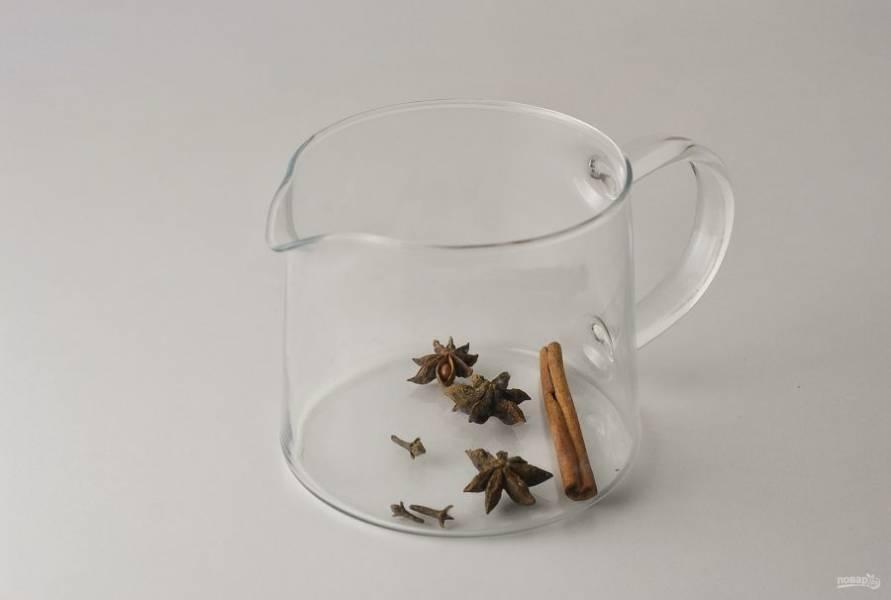 Переложите все специи в заварочный чайник.