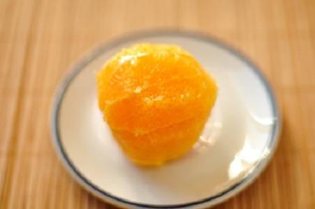 2. Далее у апельсина нужно удалить шкурку и белые прожилки, чтобы осталась только мякоть. Можно в рецепт приготовления блинчиков по-итальянски использовать и мандарины, однако вкус будет менее насыщенным.