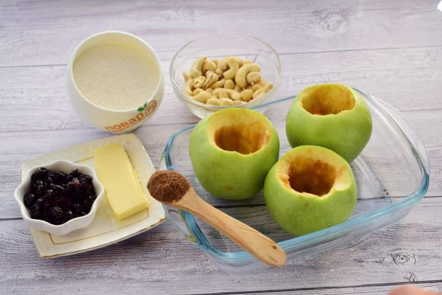 1.    Разогрейте духовку до 190 градусов. Вымойте яблоки. Удалите у яблок сердцевину с помощью ножа или специального бура. Удалите семена с помощью чайной ложки.