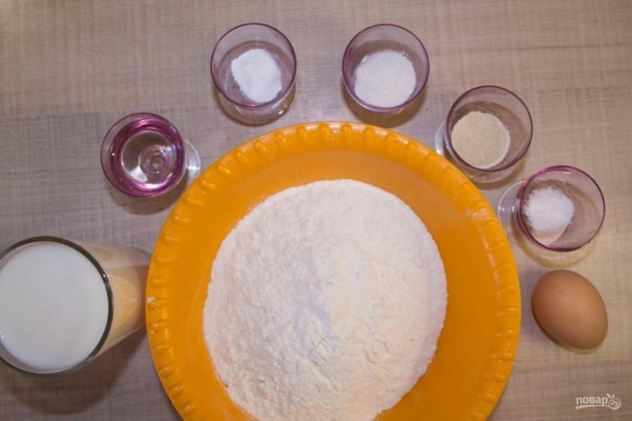 Смешайте все сухие ингредиенты - муку, соду, соль, дрожжи и сахар в небольшой удобной емкости.
