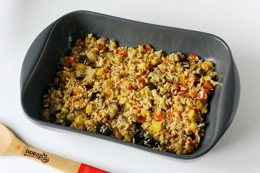 Сверху распределите рис с овощами.