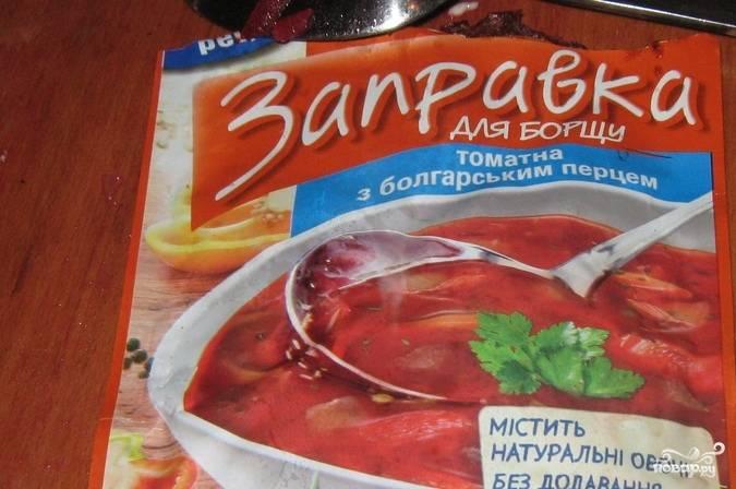 Заправку для борща добавьте в сковороду. Перемешайте. Жарьте пару минут, а потом добавьте зажарку в бульон, как суп будет почти готов. Вместо заправки можно использовать измельченный томат со специями.