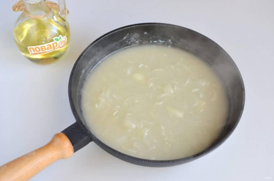 5. Положите жареный лук в соус, варите при минимальном кипении 5 минут.
