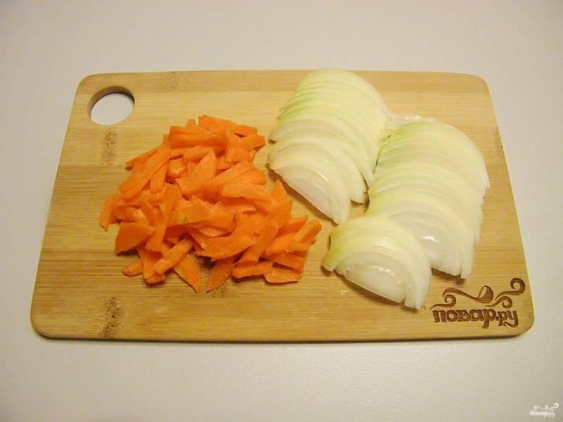 Очистите лук и морковь, порежьте их тонко.