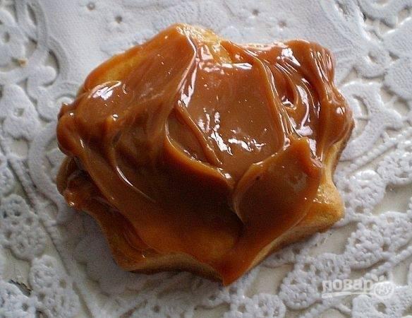 Когда печенье остынет, смажьте половину изделий сгущёнкой.
