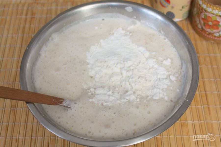 Соединяем опару и яичную смесь, порциями подсыпаем муку и замешиваем тесто. Необходимо, примерно, 500 грамм муки. Далее, оставляем тесто на 40 минут в тепле. Когда оно подойдет разделяем на части и наполняем форму для куличей.