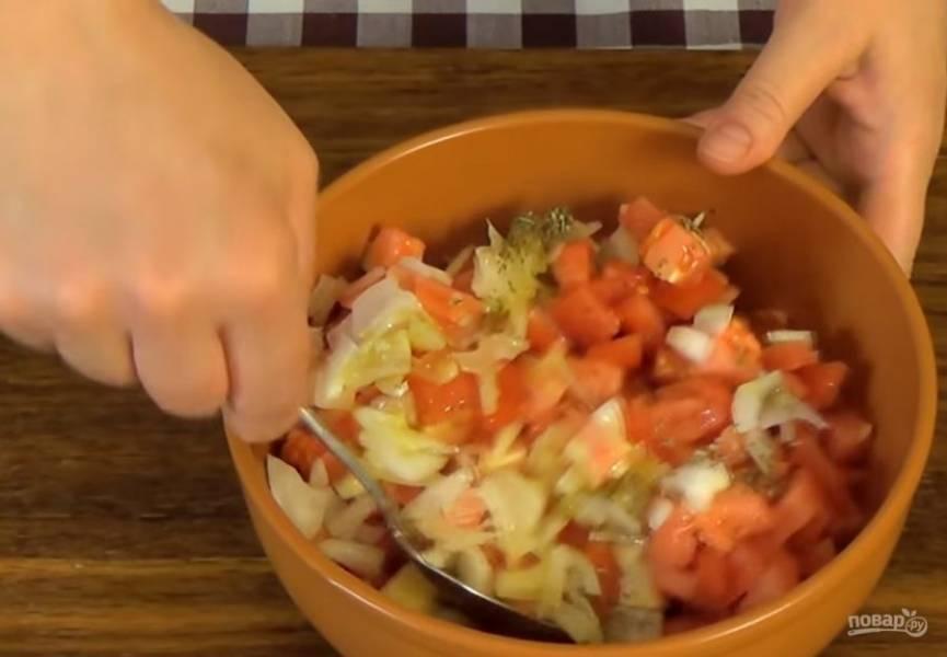 3. Нарежьте кубиками сыр, помидоры, тонкими полосками нарежьте лук и натрите чеснок. Добавьте орегано и соль по вкусу, оливковое масло и перемешайте.