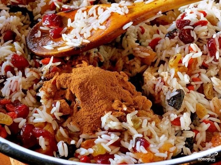 Отвариваем рис до полуготовности. Смешиваем его с промытыми сухофруктами и ягодами. Приправляем корицей и медом, перемешиваем начинку.