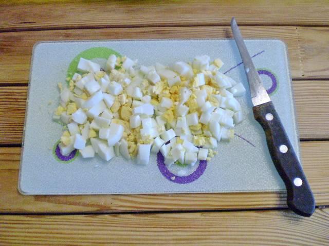 4. Режем кубиками яйца.