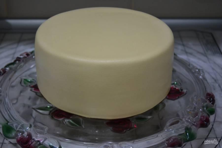 Готовую мастику разогрейте в руках, а затем приступайте к украшению торта!