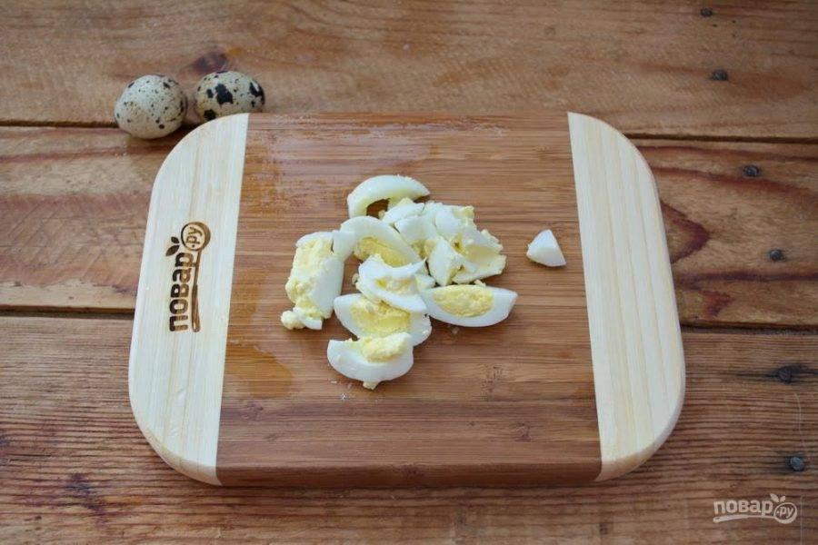 6. Перепелиные яйца нарезать на кусочки и добавить в салатник. Заправьте салат майонезом. Добавьте  немного соли и перца. Перемешайте. Разложите по мисочкам или порционным салатикам. Каждую порцию украсьте 1 креветкой с хвостиком.