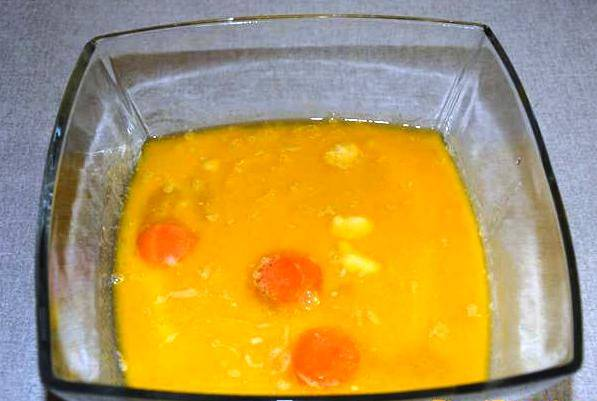 Влейте маргарин с молоком и замесите тесто. Дайте ему минут 30 отдохнуть и подойти.