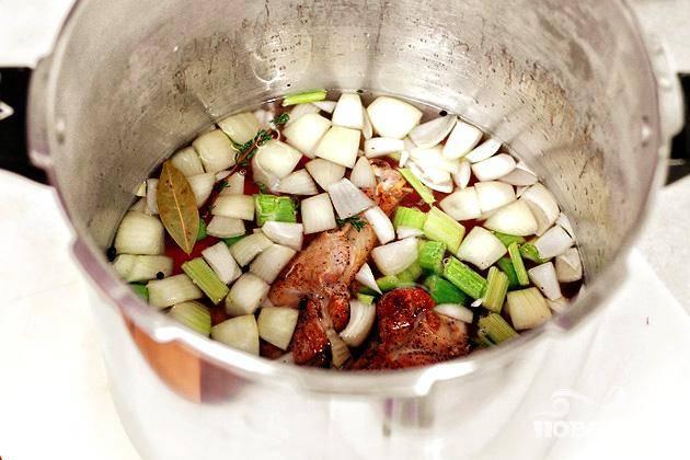 4. Довести до кипения, после чего уменьшить огонь и варить в течение 45 минут. Снять кастрюлю с огня и дать остыть. Процедить овощной бульон через сито и охладить. Мясо индейки отделить от костей и измельчить.