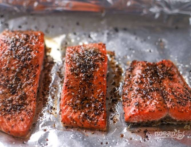 1. Первым делом приготовлю рыбу: кусочки семги мою и вытираю салфетками. Натираю семгу виноградным маслом, солью, перцем, чесночным порошком. Разогреваю духовку до 170 градусов и выпекаю семгу 6-8 минут.