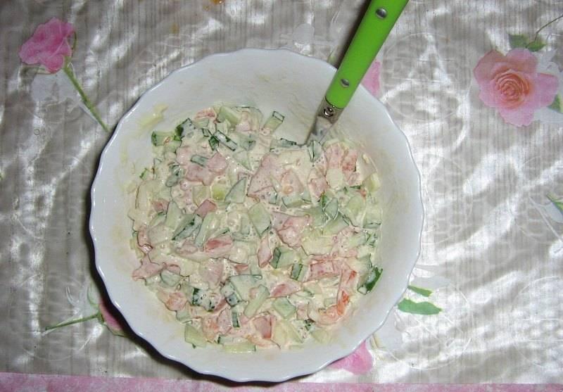 1.Чтобы было проще, я с самого начала готовки режу овощи и смешиваю их с майонезом. Морковку сюда не добавляем.