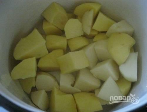 Очистим картофель, нарежем его и отварим до готовности в подсоленной воде.