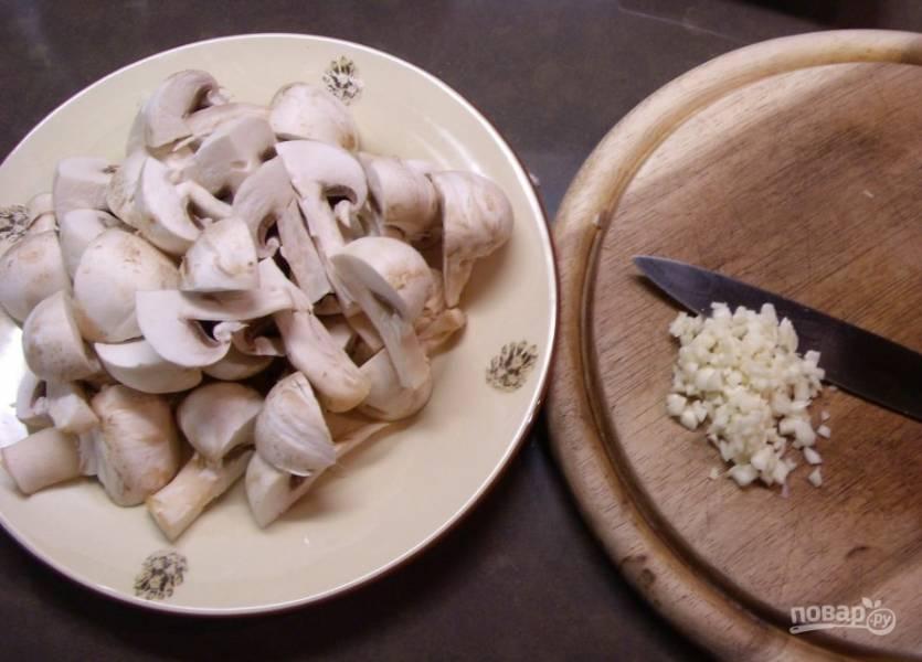 3. Особой пикантности кролику придадут грибы, которые великолепно гармонируют со сметаной.