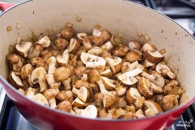 3. Вымойте, обсушите и измельчите при необходимости грибочки. Выложите их в сотейник. Обжаривайте 5-7 минут, периодически помешивая. Следом отправьте туда же нарезанную морковь. Жарьте еще несколько минут.