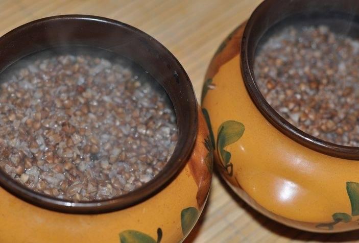 Распределяем подготовленную гречку по горшочкам и доливаем воды столько, чтобы она чуть покрывала гречку.