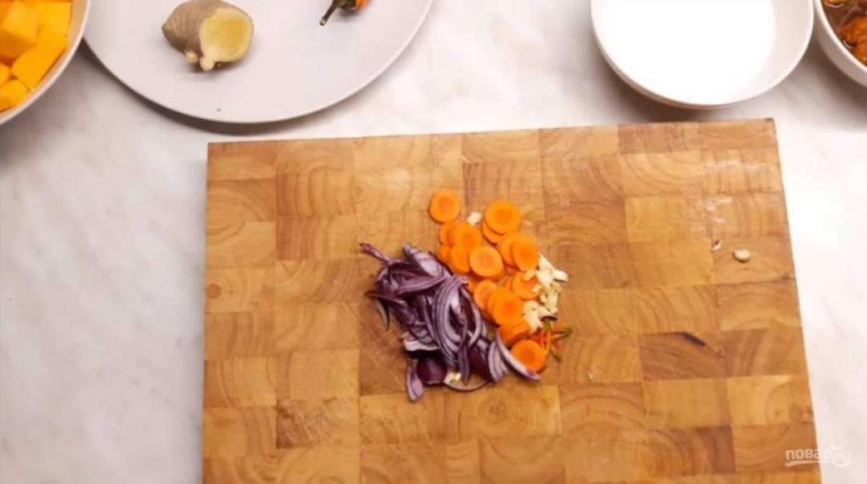 1. Нарежьте овощи любой формой (их потом нужно будет измельчить блендером). Добавьте немного нарезанного имбиря для вкуса.