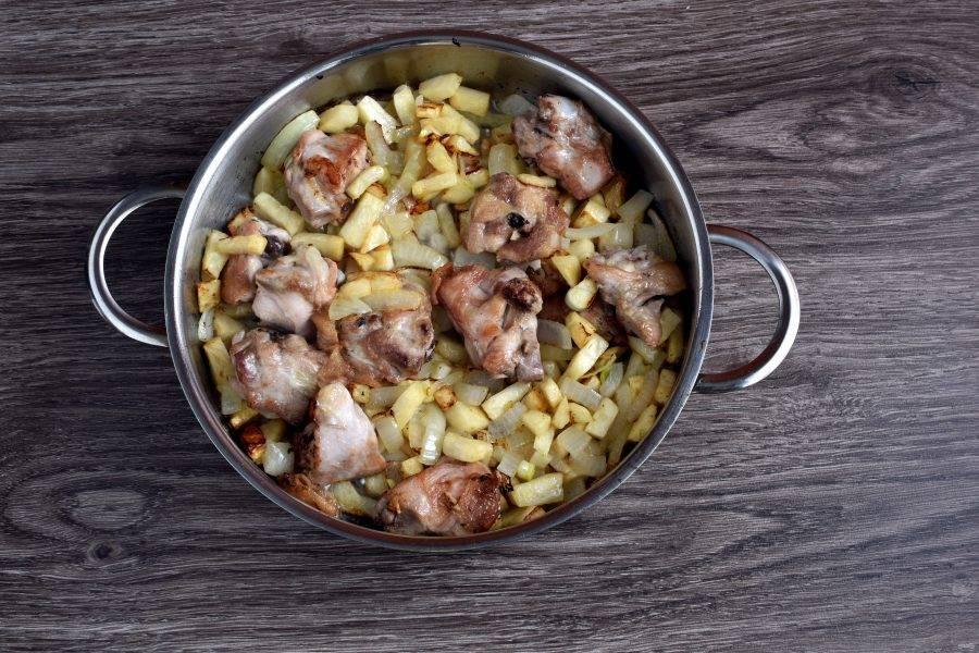 Добавьте к курице крупно нарезанный квадратиками лук и крупно рубленный чеснок. Слегка позолотите. Добавьте нарезанный кубиками корень сельдерея и готовьте 3 минуты, помешивая.
