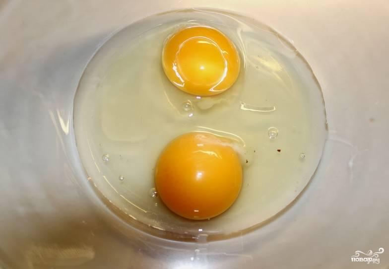 Приготовим заливку. Взбиваем яйца со сливками и специями до однородной массы.