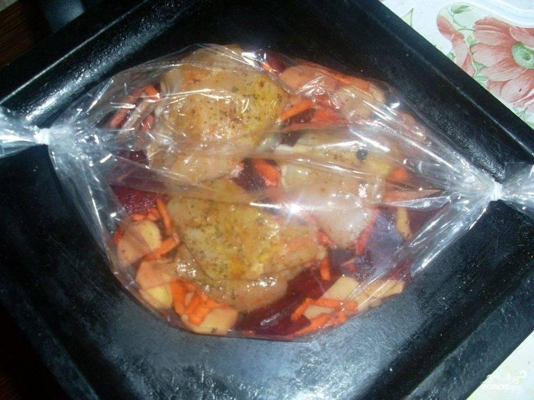 Разогреваем духовку до 200 градусов, запекаем наше блюдо в течение 50 - 55 минут. Чтобы получить золотистую корочку, за 10 минут до конца приготовления развязываем рукав и готовим еще 15 минут.