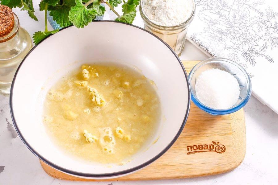 Всыпьте яичный порошок в миску, влейте немного теплой, но не горячей воды и перемешайте, оставьте для набухания на 5-10 минут, затем еще раз перемешайте.