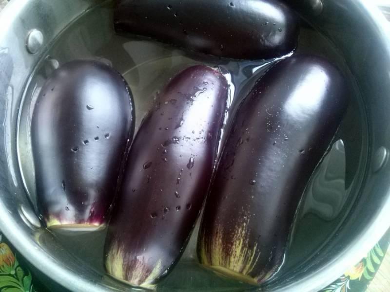 Баклажаны необходимо помыть, отрежьте у них  плодоножки, наколите овощ вилкой и отварите в воде (на 1л. воды - 1ст.л. соли) до мягкости. Проверить зубочисткой.