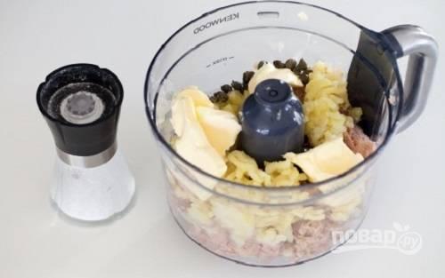 Добавляем к тунцу толченую картошку, каперсы, соль и мягкое сливочное масло.