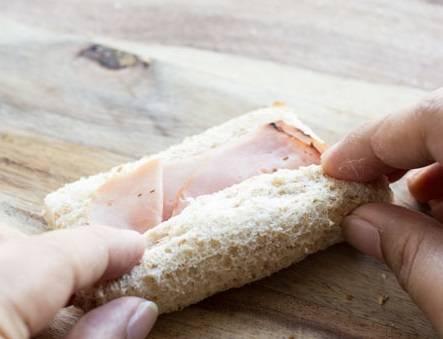 3. Аккуратно свернуть хлеб рулетом.