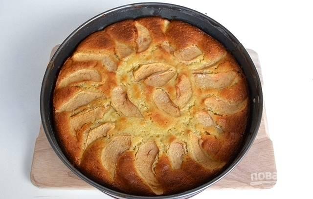 Остудите яблочный пирог перед подачей на стол.