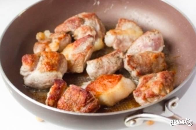 Затем нужно раскалить сковородку с ложкой растительного масла. Обжариваем мясо до золотистой корочки.