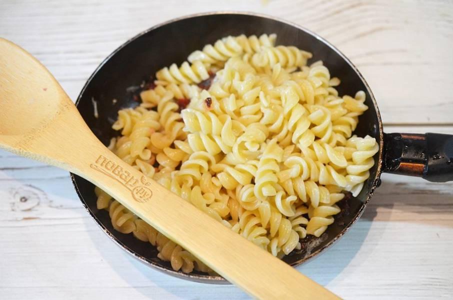 4. Макароны заранее отварите и добавьте в сковороду.