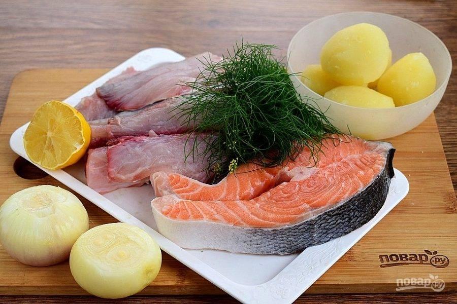 Подготовьте необходимые продукты для начинки. Овощи очистите, помойте. Картофель отварите до готовности. Рыбу очистите от оставшейся чешуи, промойте в прохладой воде, обсушите. Снимите с кости, удалите кожу. Закиньте кости и кожу рыбы в кипящую воду, сварите рыбный бульон.