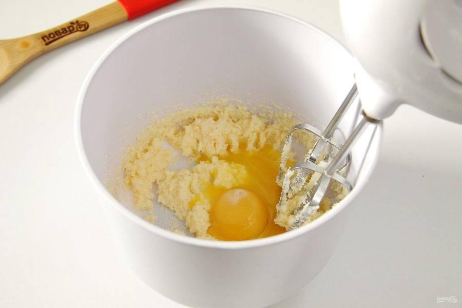 Отделите желтки от белков и добавьте к взбитому с сахаром маслу.
