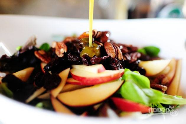 7. Полейте заправкой, аккуратно перемешайте. Салат с яблоком, голубым сыром и орехами готов. Угощайтесь!