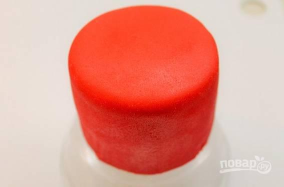 8. Красной мастикой обтяните тортики.