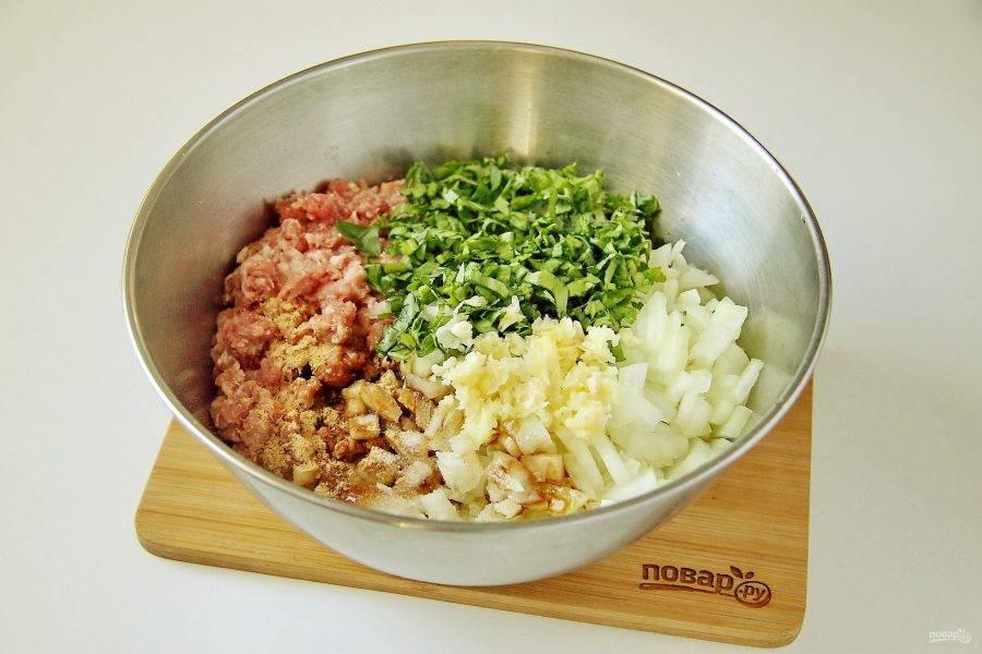 Тем временем приготовьте начинку. В глубокой миске соедините фарш (у меня из свинины), добавьте к нему нарезанный мелкими кубиками лук, пропущенный через пресс чеснок, измельченную зелень, соль, имбирь и соевый соус.