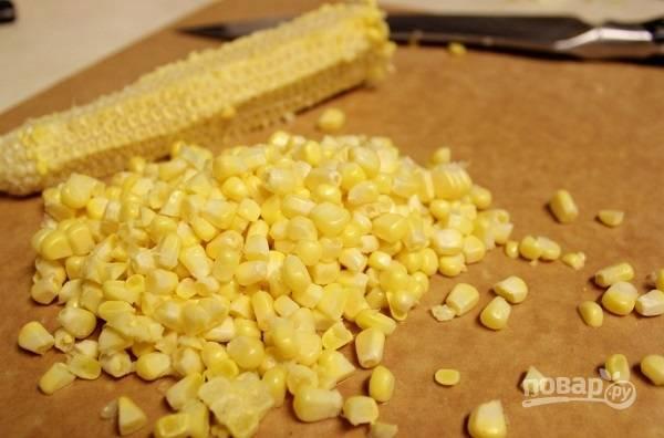 2. Острым ножом отделите зерна от вареного початка кукурузы. Также вы можете использовать консервированную кукурузу, например.