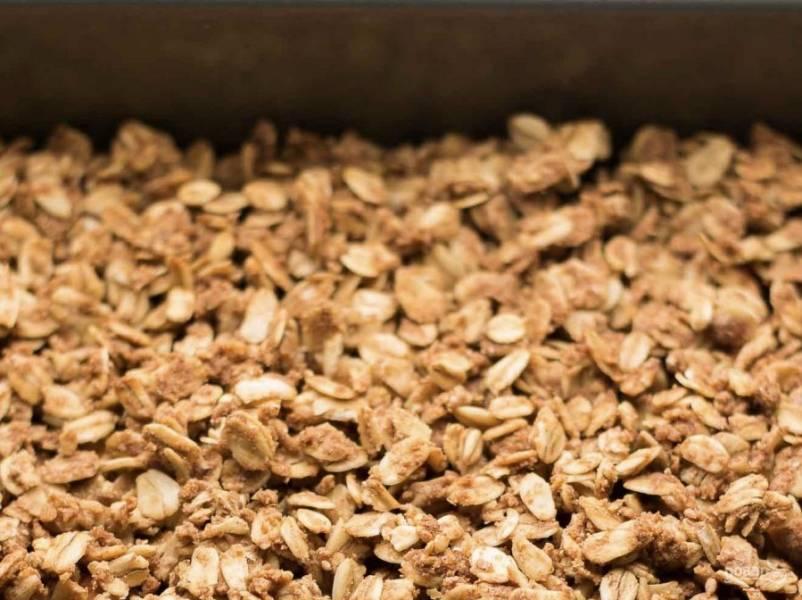 """Яблочную начинку выложите на противень. Распределите их равномерно лопаткой, чуть придавливая. Сверху выложите """"тесто"""" (оно может комковаться, если это происходит, разбивайте его той же лопаточкой на более мелкие кусочки."""