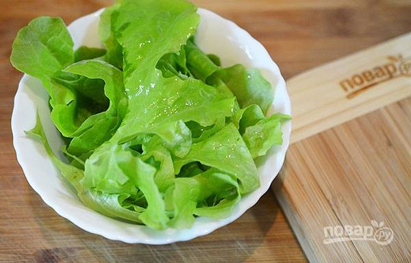 Полейте салат оливковым маслом, посыпьте специями. Перемешайте.