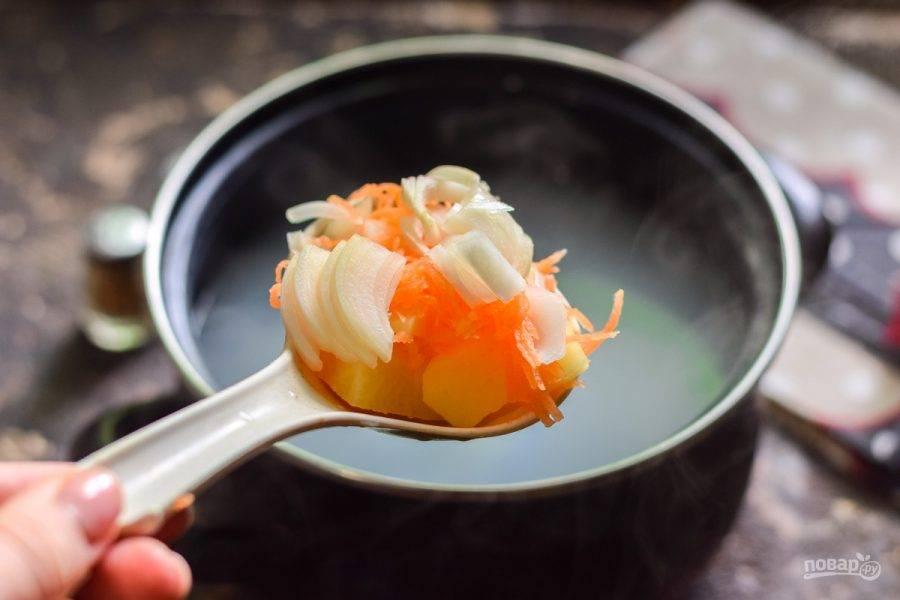 Куриное филе отварите 30 минут в подсоленной воде, после добавьте в бульон все овощи, филе достаньте.