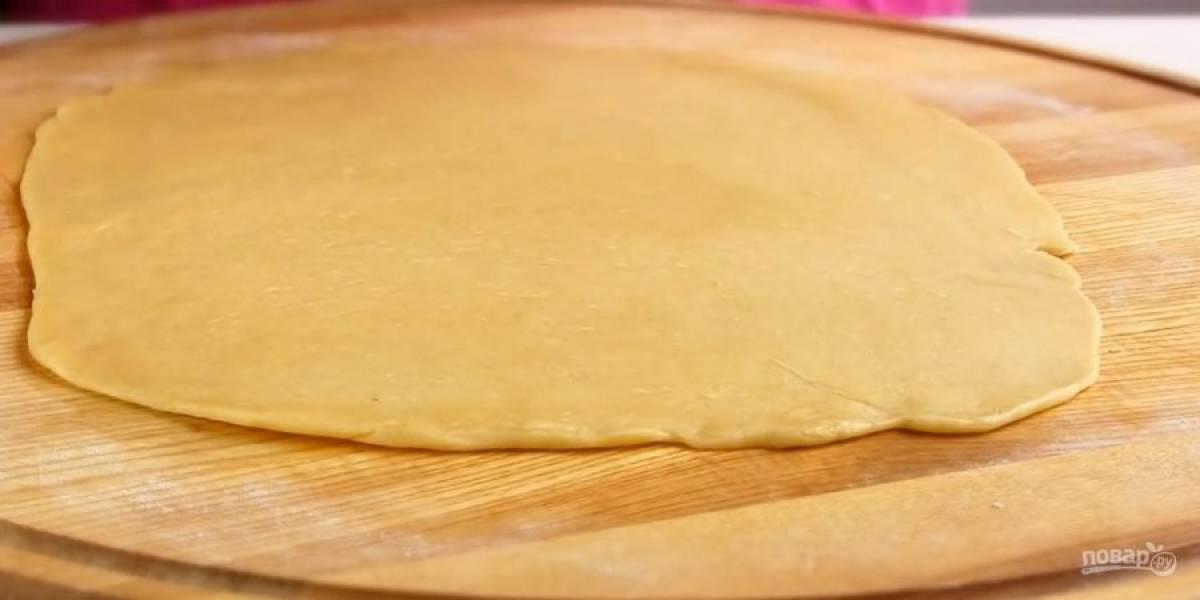 3. Приготовьте начинку: абрикосовое варенье измельчите блендером, добавьте к измельченным орехам и смешайте с сахаром. Тесто разделите на три части и раскатайте в тонкий пласт размером с форму.