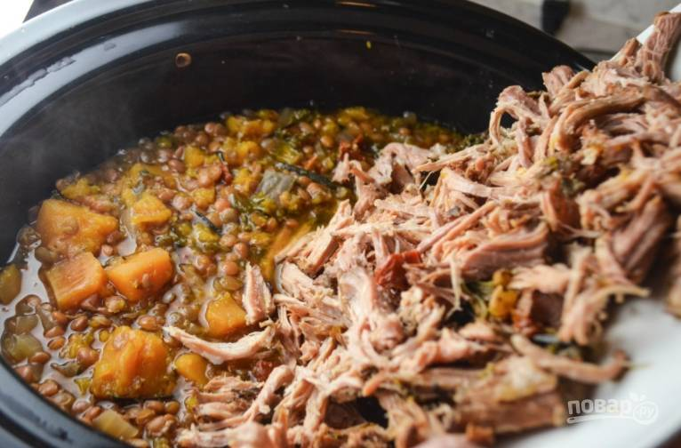 Верните мясо в рагу, перемешайте и подавайте к столу. Приятного аппетита.