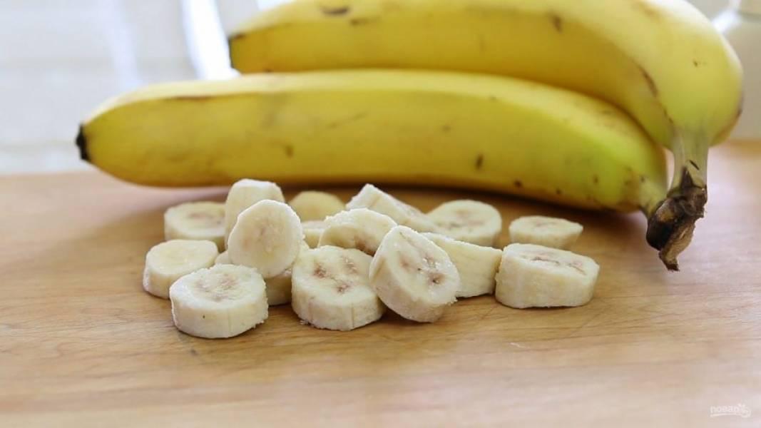 1. Предварительно положите банан в морозилку на 30-50 минут. Потом достаньте его и нарежьте кружочками.