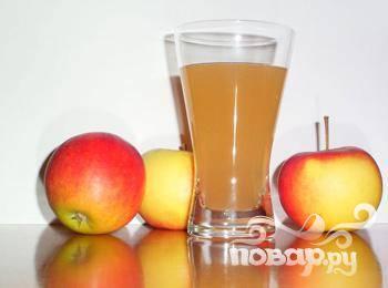 1.Всегда хорошо иметь в морозильной камере кубики замороженных фруктовых концентратов или соков. Но не беда, если у вас не было времени заморозить яблочный концентрат – вполне подойдет свежий яблочный сок с мякотью.