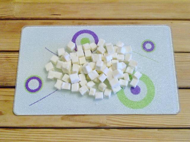 3. Сыр также кубиками нарезаем.